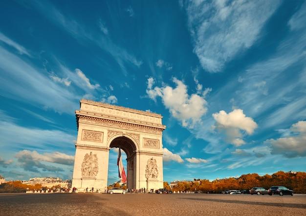 秋に背後にある美しい雲とパリのarc旋門