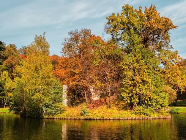 アーチ-ツァリツィノ公園モスクワの島の廃墟