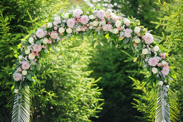 Арка на свадебной церемонии из цветов