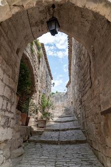 プロヴァンスフランスのラコステの典型的な小さな村のアーチの入り口