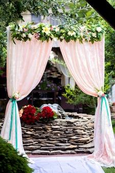 自然の中の結婚式のためのアーチ