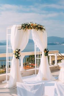 海での結婚式のためのアーチ