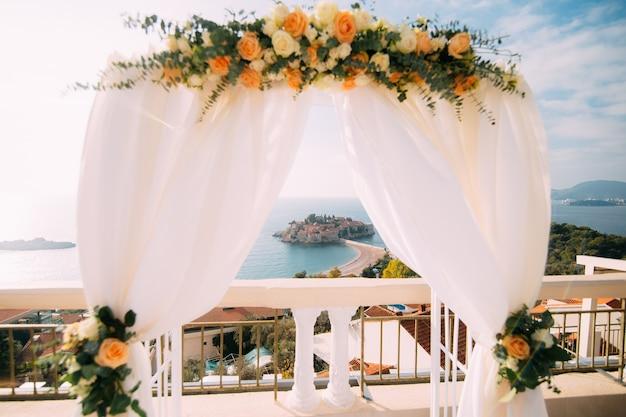 海上での結婚式用アーチ