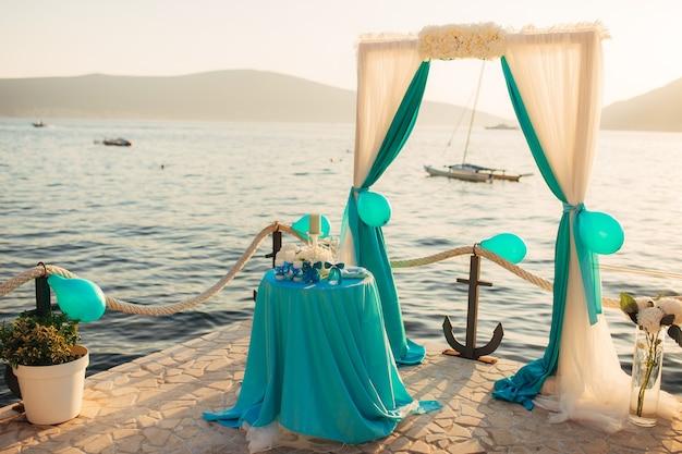 海での結婚式のアーチ