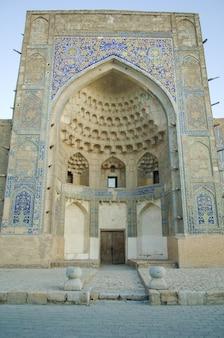 복원될 돔 형태의 아치. 중세 아시아의 고대 건물