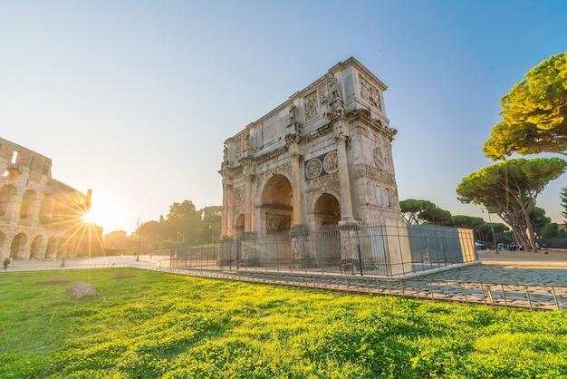 コロッセオ、ローマ、イタリアの近くのコンスタンティヌスの凱旋門