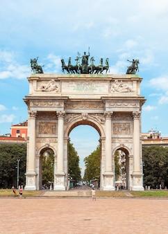 밀라노의 구시 가지 중심에있는 평화의 아치 또는 아르코 델라 페이스 (arco della pace)