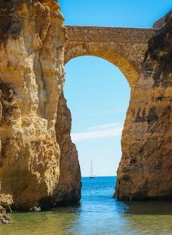 포르투갈에서 요트와 아치형 된 다리입니다.