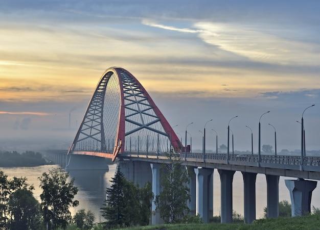 Obを渡るアーチ型のbugrinskij橋