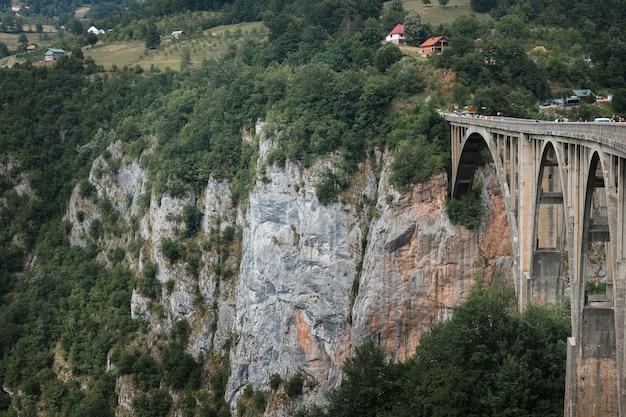 강 협곡 위의 아치형 콘크리트 다리