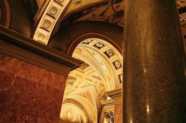 부다페스트 오페라 하우스의 기둥이있는 아치형 출입구
