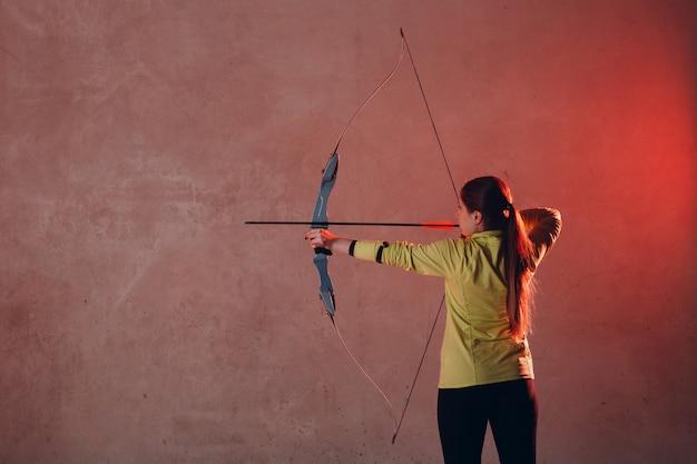 弓と矢を持つアーチャー女性