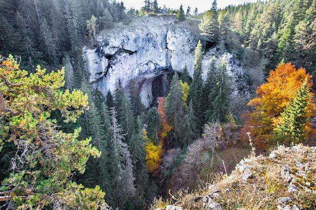 ブルガリアのロドピ山脈にあるワンダーブリッジと名付けられたアーチ