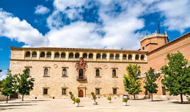 스페인 마드리드 근처 alcala de henares의 archiepiscopal 궁전