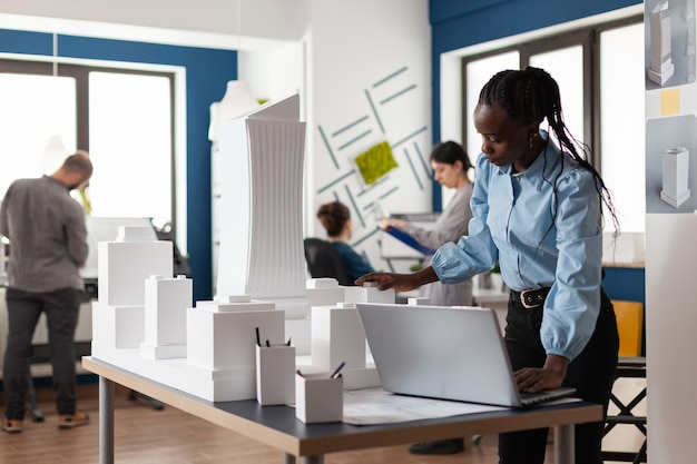Donna afroamericana dell'architetto che lavora al computer portatile