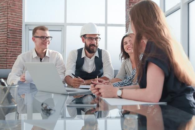 Архитектор и клиент обсуждают новый проект. концепция совместной работы