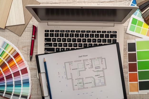 オフィスデスク、ビジネスコンセプトのカラーサンプラーと建築家建設エンジニア計画