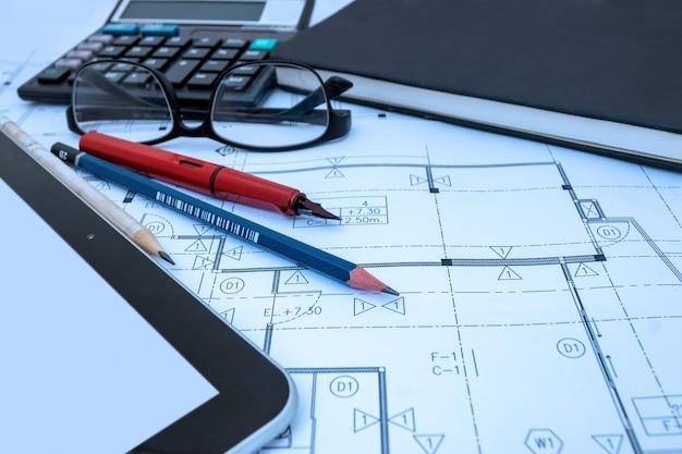 건축가 스튜디오에서 건축가 디자인 작업 도면 스케치 계획 청사진