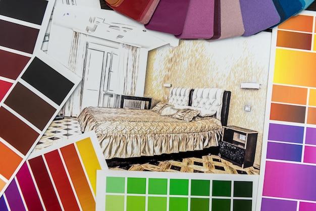 創造的な机の上の色紙材料のサンプルと現代のアパートの青写真の建築家の描画。リフォームのための家のスケッチ