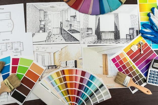 건축가는 창의적인 책상에 색종이 재료 샘플을 사용하여 현대적인 아파트 청사진을 그립니다. 리노베이션을 위한 홈 스케치