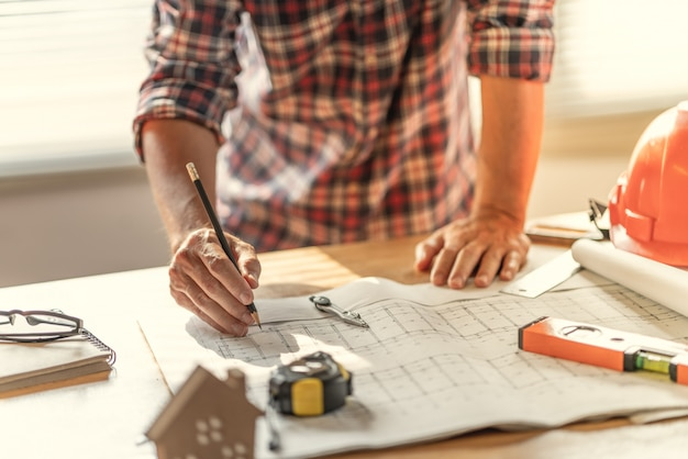 Рабочий чертеж архитектора и инженера о планировании проекта и графике выполнения работ.