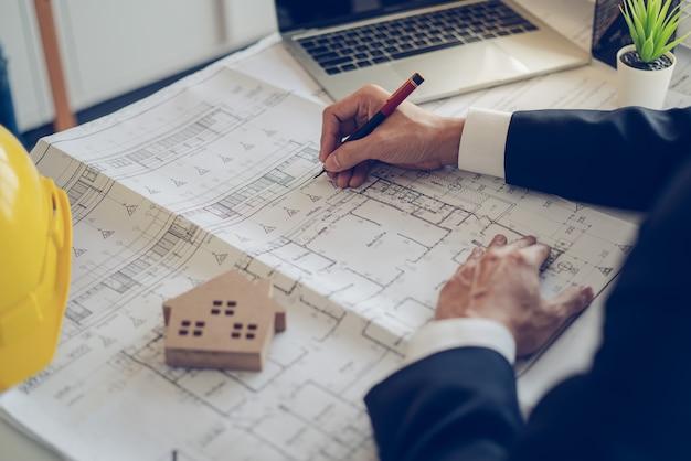 프로젝트 계획 및 작업 진행에 대한 건축가 및 엔지니어 작업 도면 문서