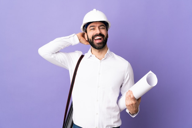 Архитектор человек над изолированной стеной