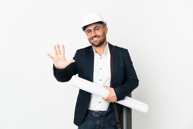 헬멧과 손가락으로 5 세 흰색 배경에 고립 된 청사진을 들고 건축가 남자