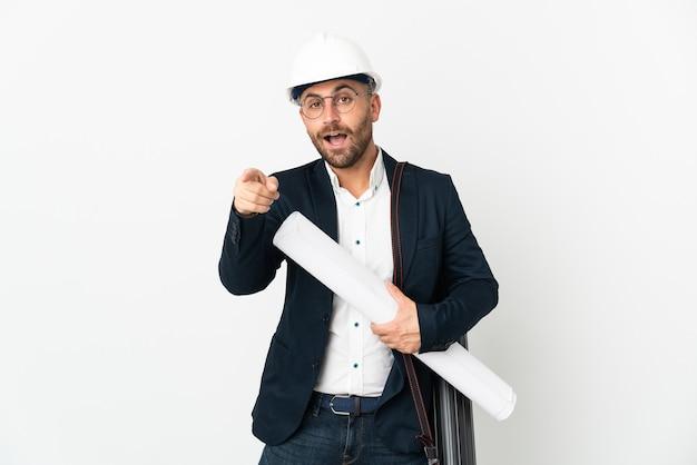 헬멧과 흰색 놀란과 포인팅 전면에 고립 된 청사진을 들고 건축가 남자