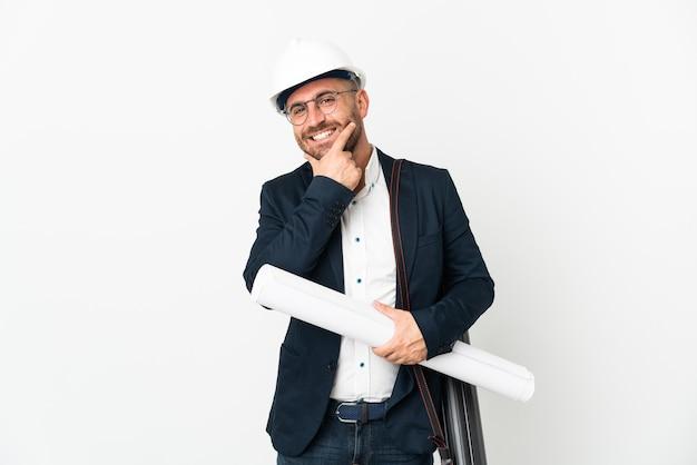 Архитектор человек в шлеме и держит изолированные чертежи