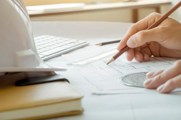 Архитектор или инженер, работающий в офисе