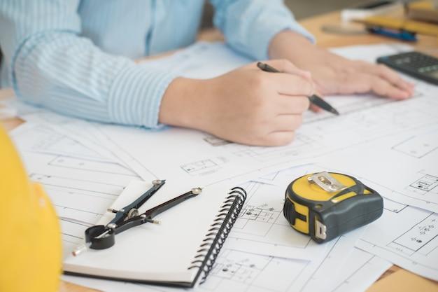 건축가 또는 계획자 테이블에서 건축 계획 도면 작업