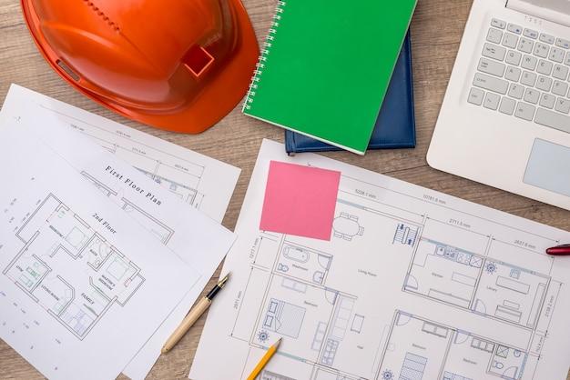新しいプロジェクトと木製のテーブルの上の建築家の職場