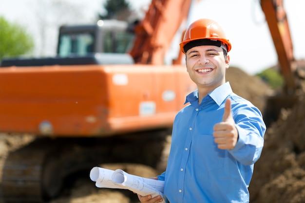 建設現場で確認サインを表示する建築家