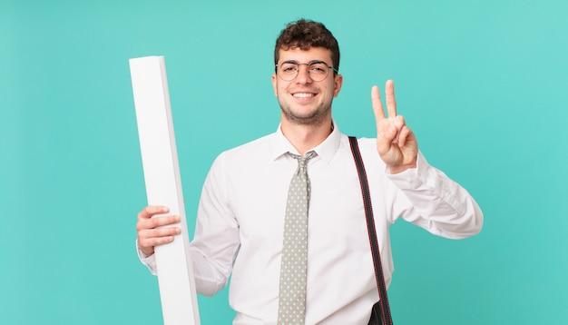 建築家は笑顔でフレンドリーに見え、前に手を出して2番目または2番目を示し、カウントダウンします