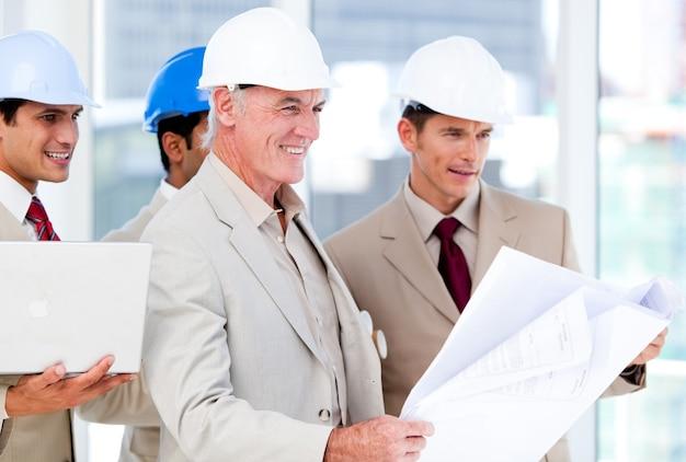 건물 프로젝트에서 작업하는 건축가 팀