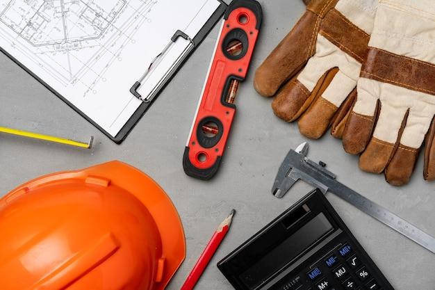 건축가 도구 안전모, 청사진 및 계산기 평면도