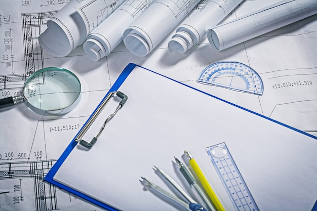 Инструменты архитектора на столе