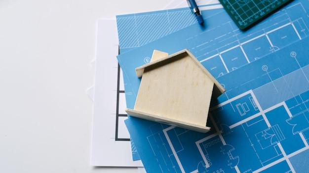 청사진 건축 프로젝트 엔지니어 도구와 목조 건축가 평면도 집.