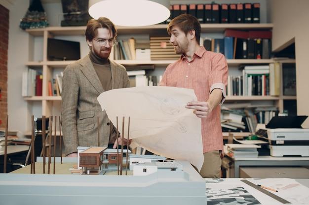 建築局で設計図とレイアウト設計プロジェクトを持つ建築家