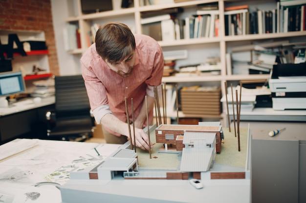 建築局の設計図とレイアウト設計プロジェクトを持つ建築家