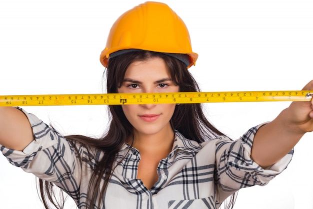 測定テープを保持している建築家の女性。