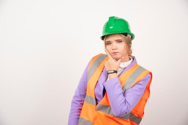白のヘルメットの建築家の女性。