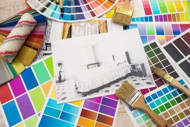 Эскиз чертежа работы архитектора планирует чертежи с цветовой палитрой для помощи.