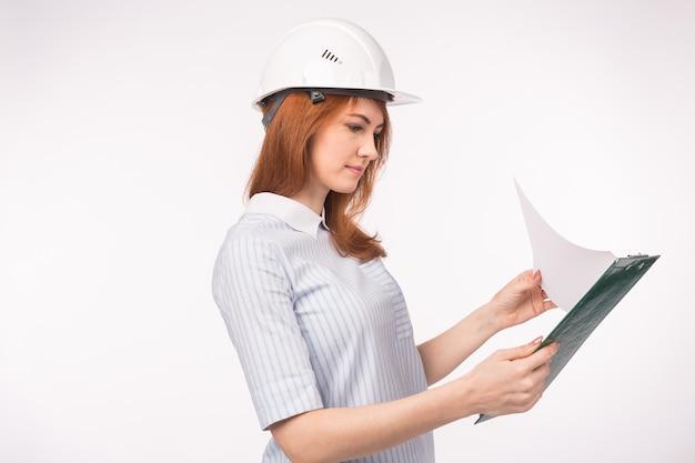건축가, 노동자 및 부동산 개념. 여자 작성기 또는 엔지니어 문서 복사 공간 흰색.
