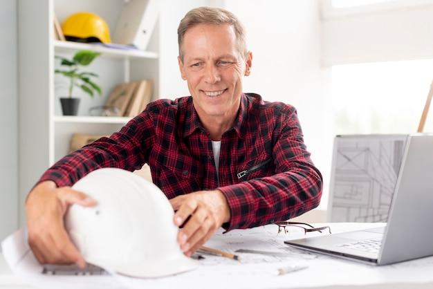Архитектор работает в современном офисе
