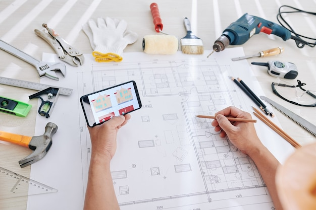 Архитектор, работающий над планом