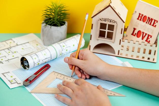 Архитектор работает над проектом здания