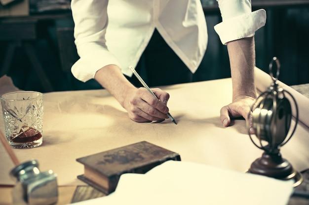 사무실에서 드로잉 테이블에서 작업하는 건축가