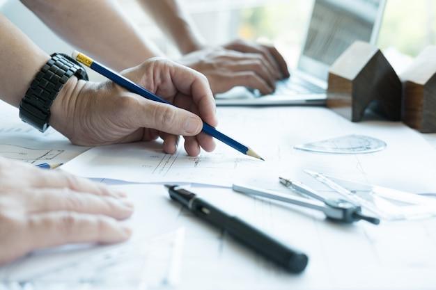 職場のパートナーと不動産プロジェクトに取り組んでいる建築家